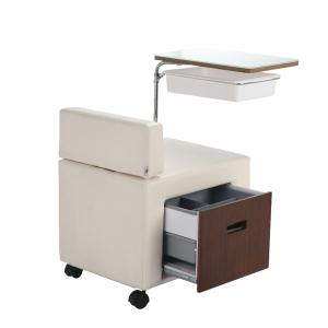 Sibel Maniküresitz mit Arbeitsfläche